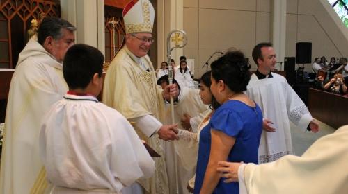 Obispo saludando primera confirmada