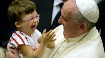 pope francis with little girl